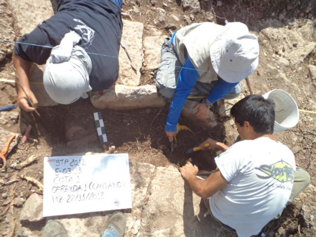 Los arqueólogos excavan un lugar de enterramiento.