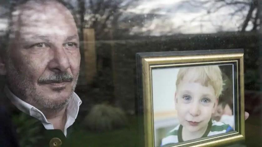 Javier Somoza, en su casa, muestra una foto de su hijo Miguel.