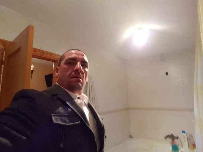 José Luis tiene 47 años. Cuando su abuela falleció, él vivía con ella bajo el mismo techo.