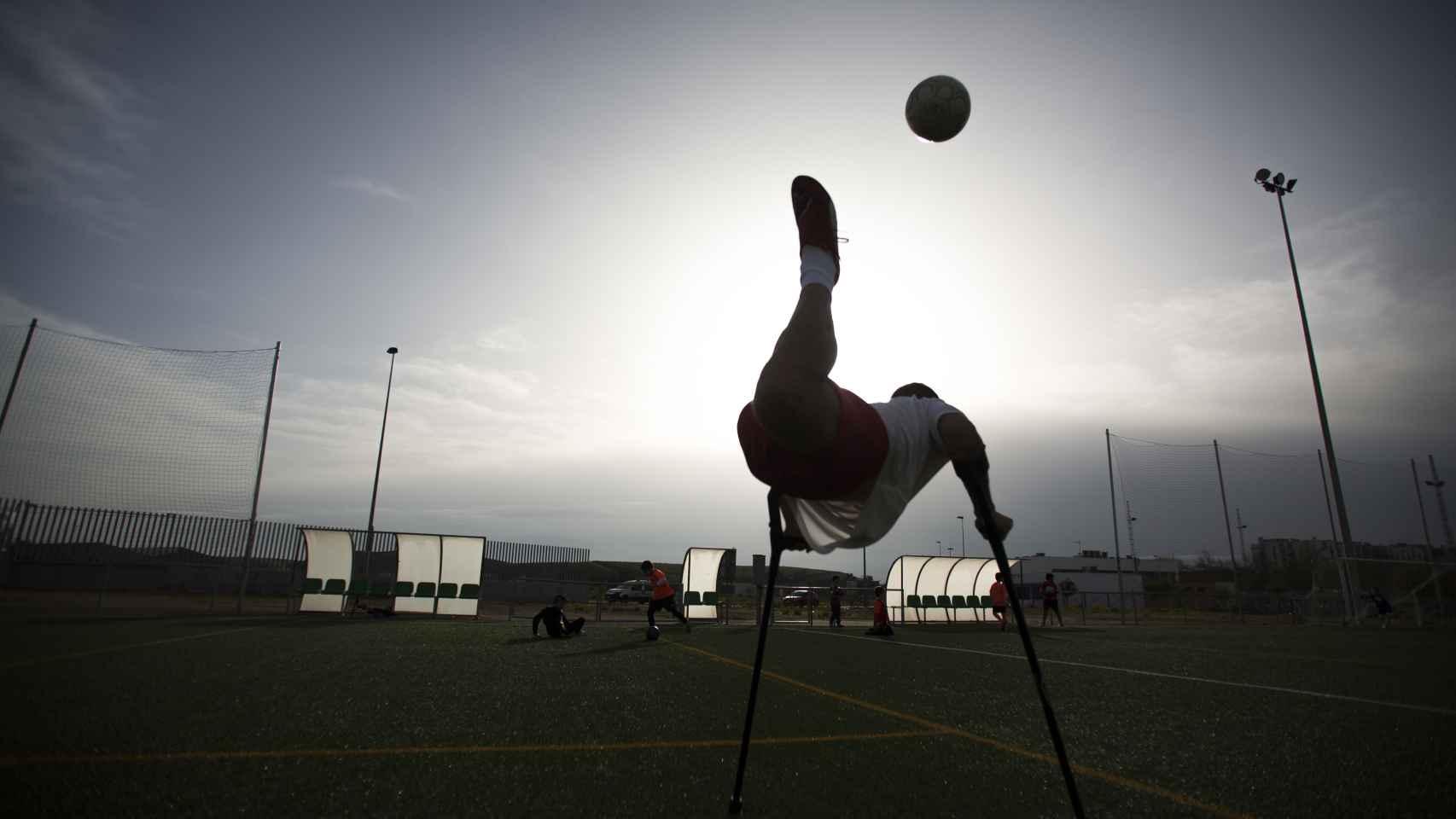 Uno de los jugadores de la selección española de amputados haciendo 'el escorpión'. Foto Fernando Ruso