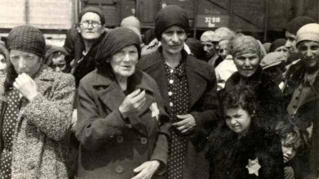 Un grupo de mujeres y niños a su llegada a Auschwitz.