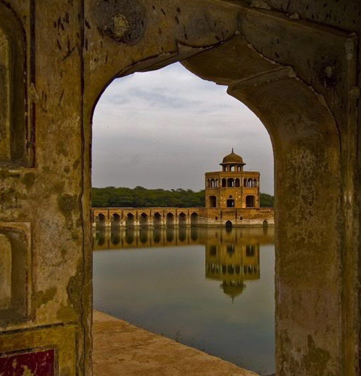 'Hiran Minar' or Deer Tower was built during the reign of Jahangir & Shah Jahan, 1606, to honor the memory of a pet hunting antelope of the king.