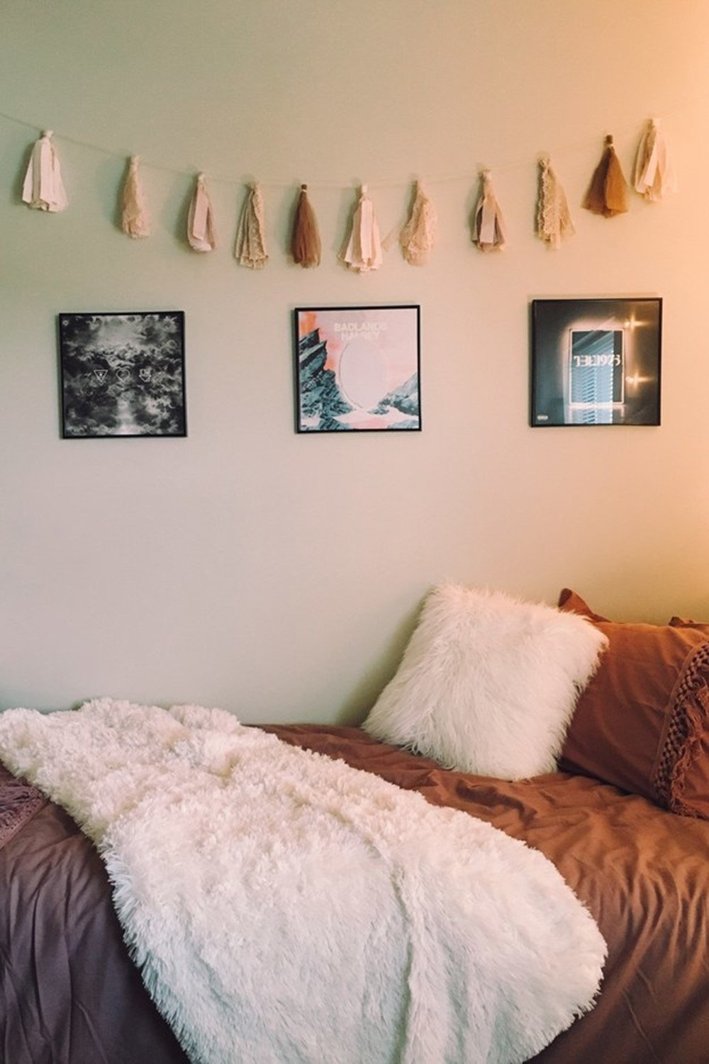 15 Minimalist Room Decor Ideas That'll Motivate You To ... on Pictures For Room Decor  id=45723