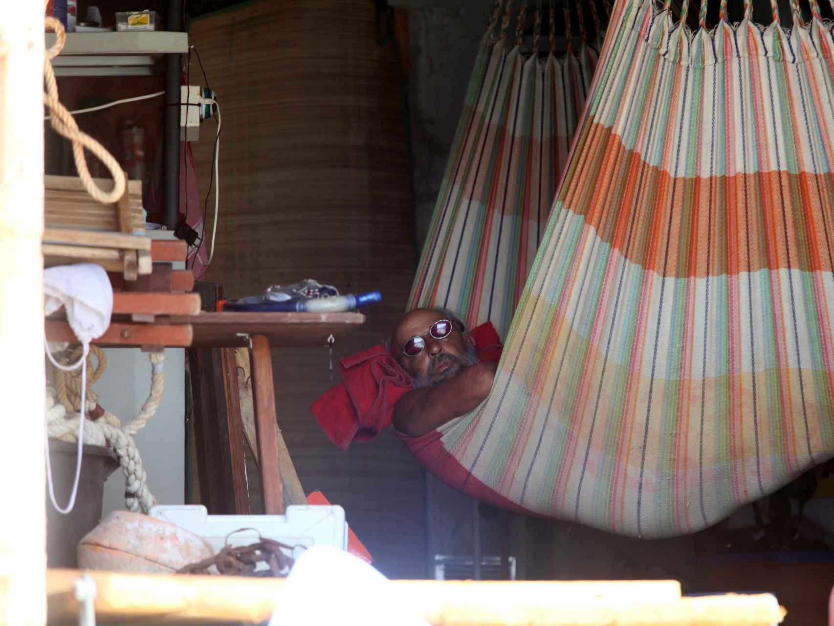 Miguel durmiendo en la hamaca de su cueva en una playa ibicenca.