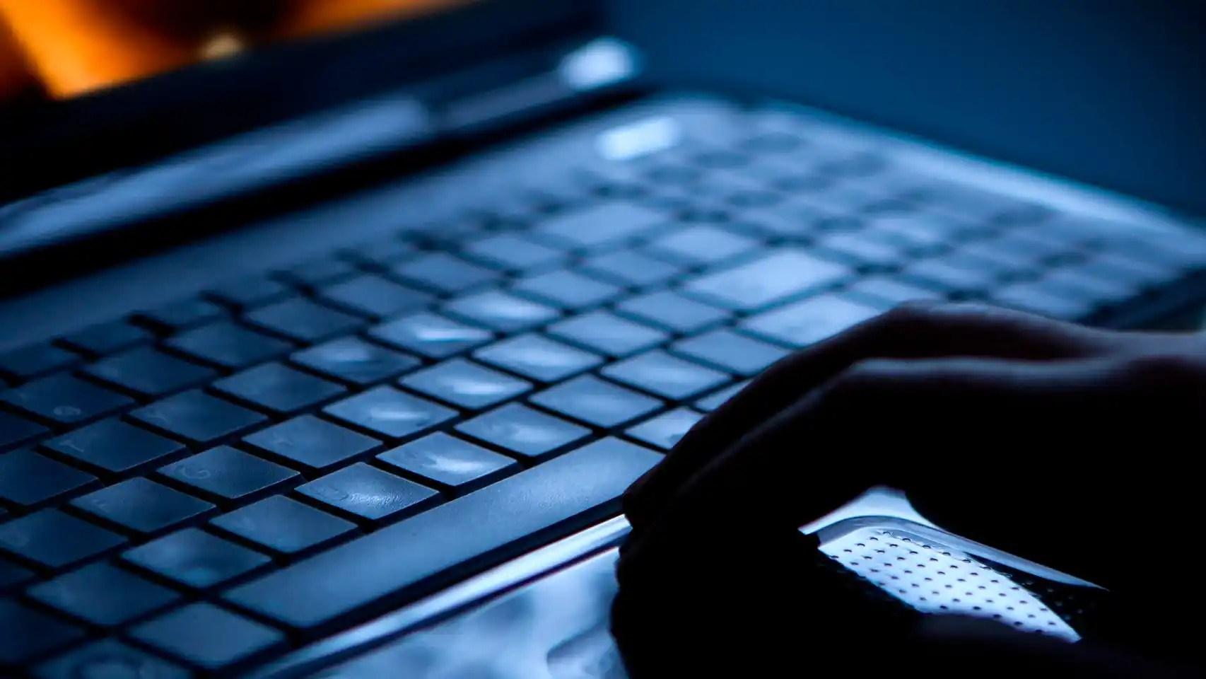 Una persona utilizando un ordenador.