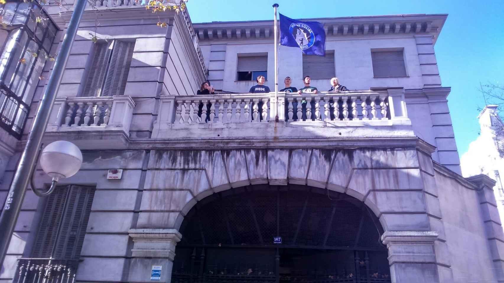 Los okupas de Hogar Social Madrid tras la usurpación del edificio. Hogar Social Madrid