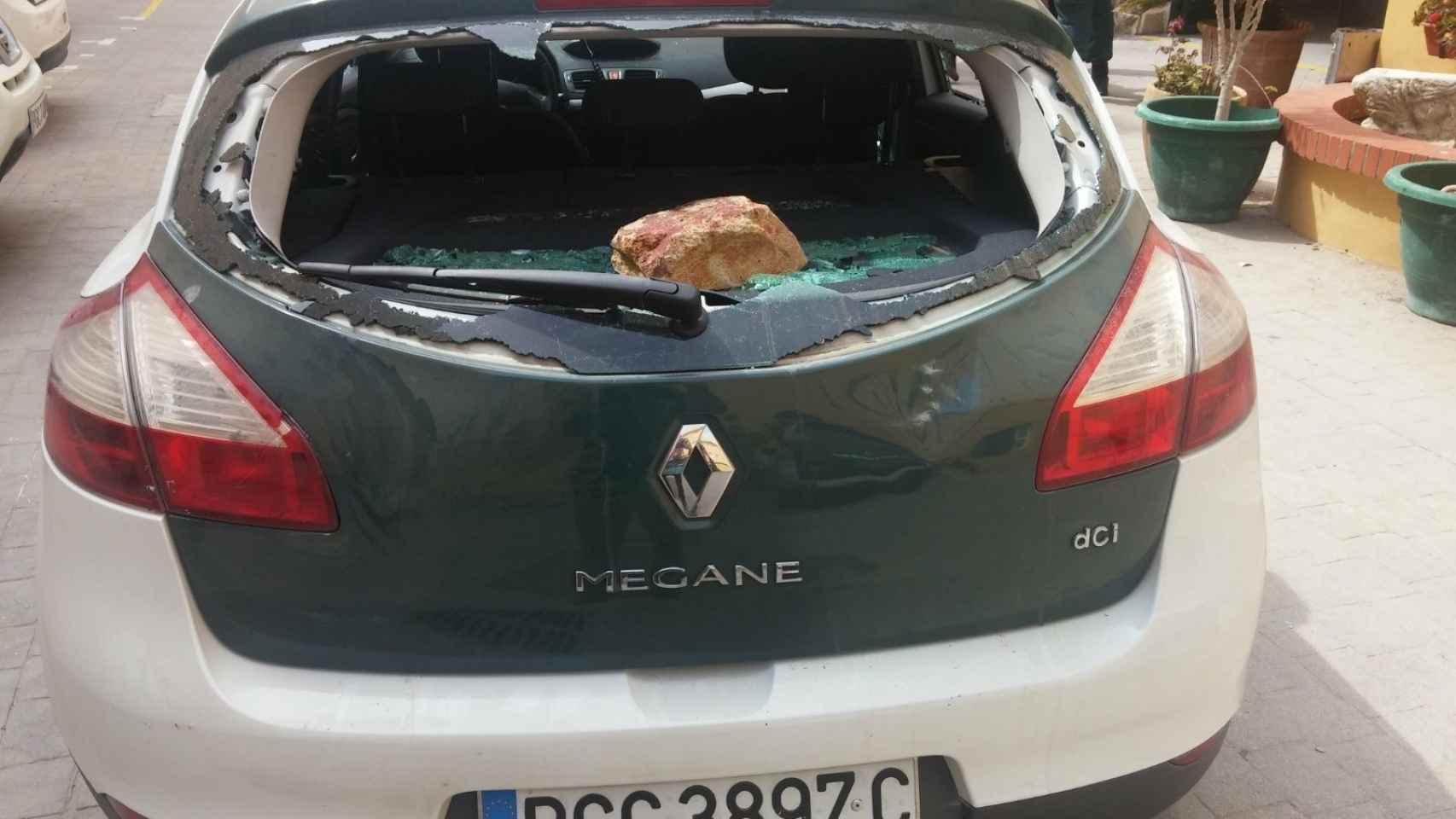 Así quedó el coche atacado a pedradas.