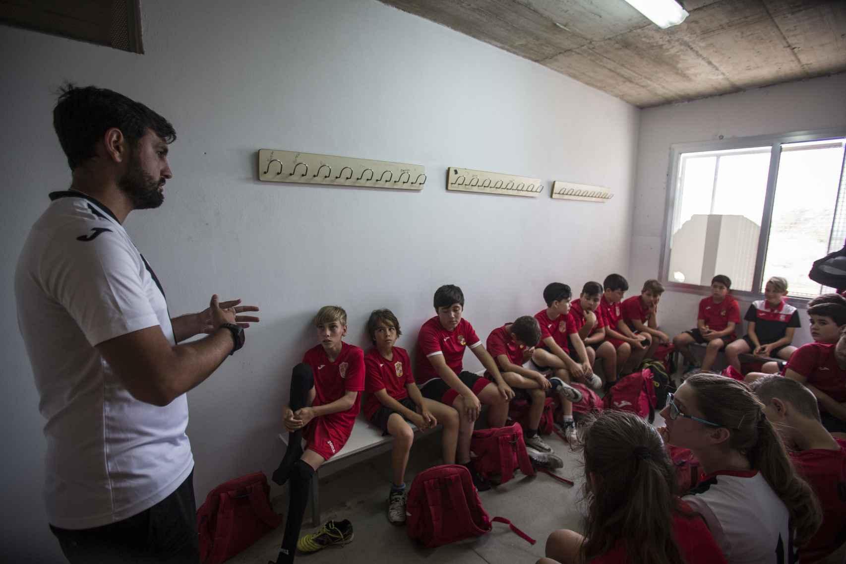 Valeriano Fernández, técnico de la Asociación Deportiva Albuñol, dirigiéndose a sus jugadores en el vestuario antes del partido.