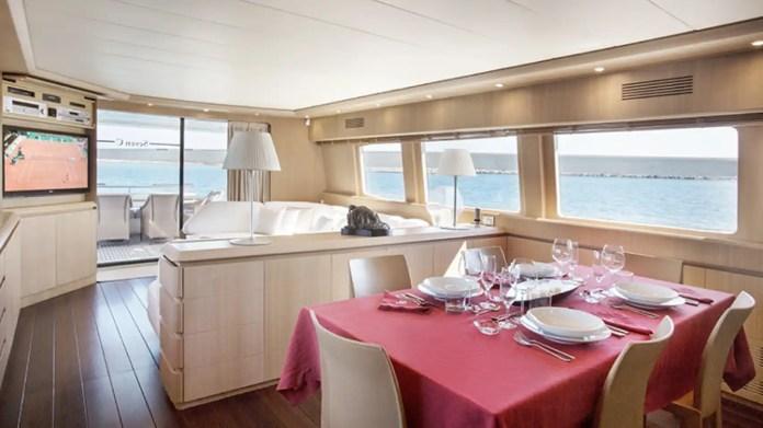 La tripulación está compuesta por tres profesionales de amplia experiencia en navegación por las Islas Baleares.