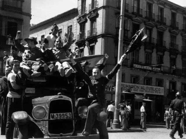 Madrid es una fiesta: existe la misma euforia beligerante que cuando se proclamó la República. Todos están convencidos, como lo estaban en el 98, de que la guerra la va a ganar el Gobierno y que va a ser breve. Robert Capa / Magnum Photos / Contacto