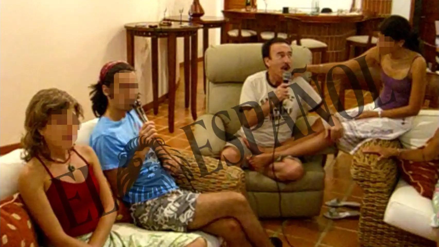 Llorca mira a su mujer mientras disfruta del karaoke, una de sus aficiones.