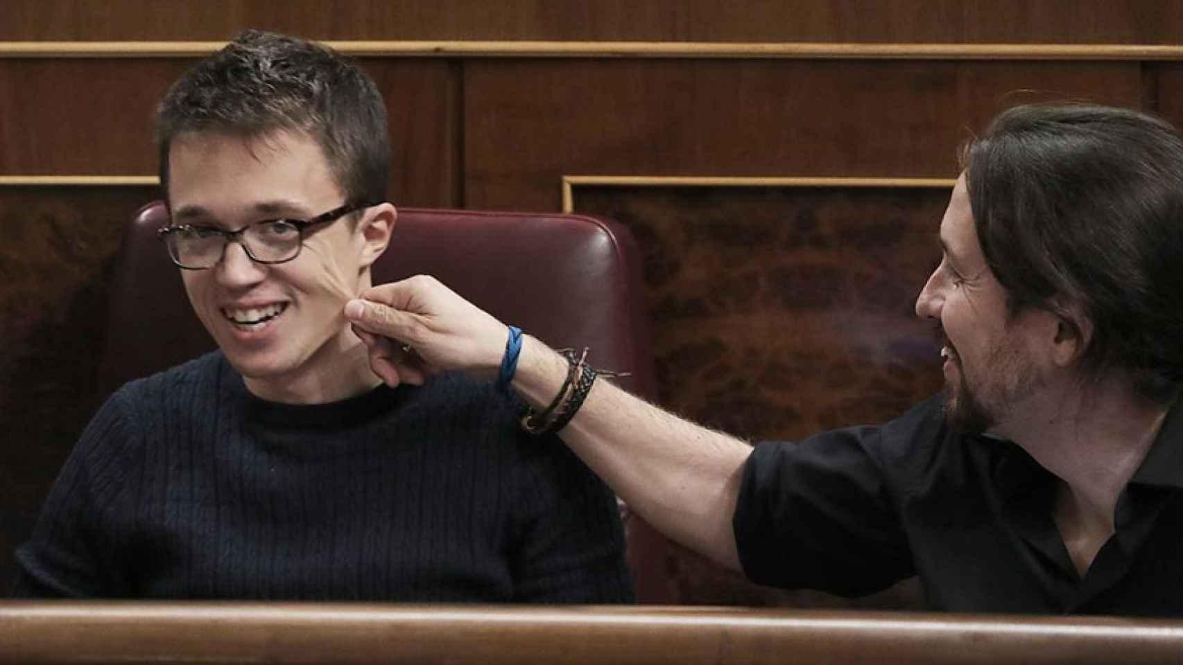 Iglesias pellizca la cara de Errejon durante una sesión en el Congreso el pasado 15 de noviembre.
