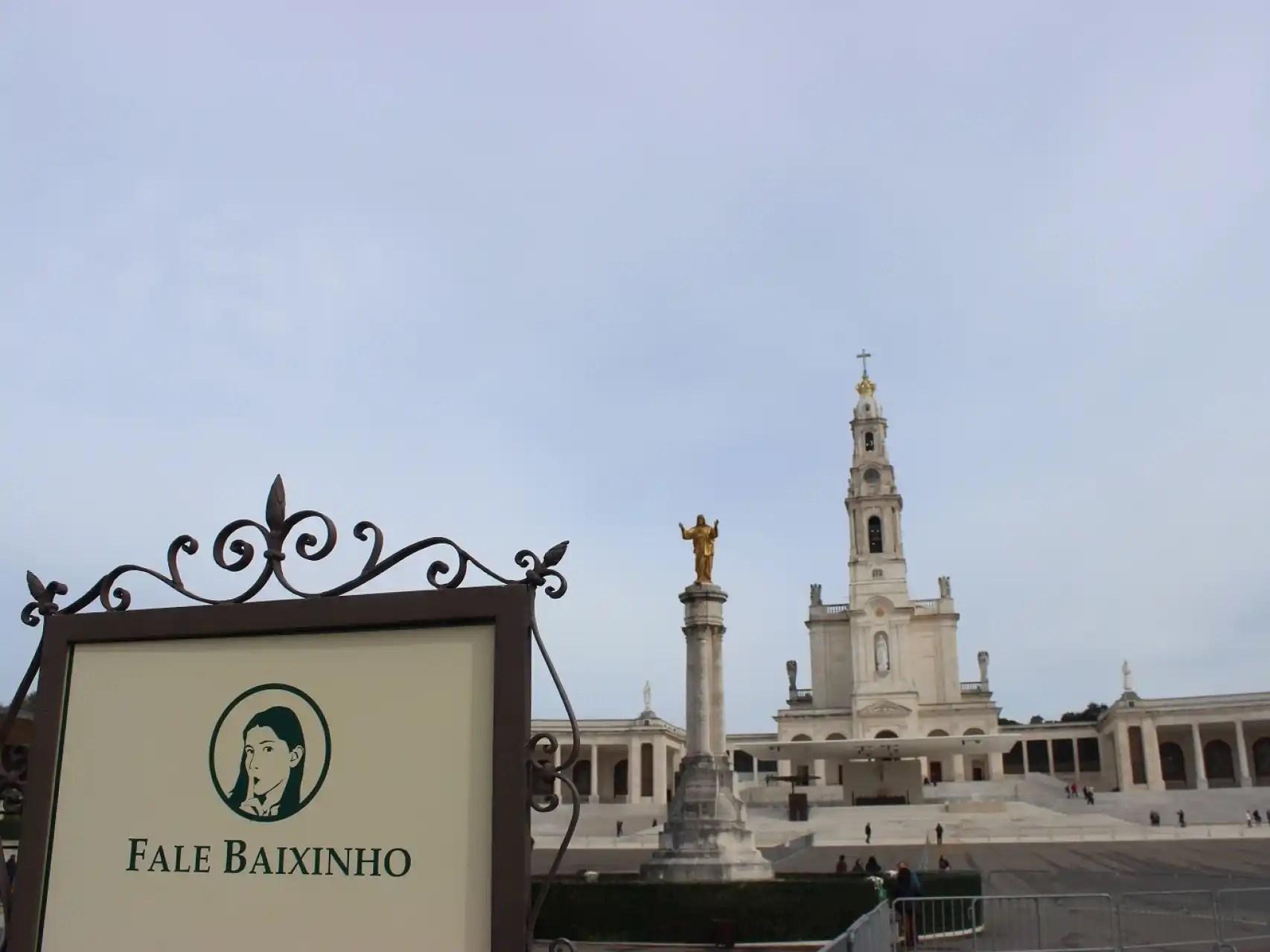 Los carteles piden que los peregrinos hablen bajito, porque el santuario es lugar de oración