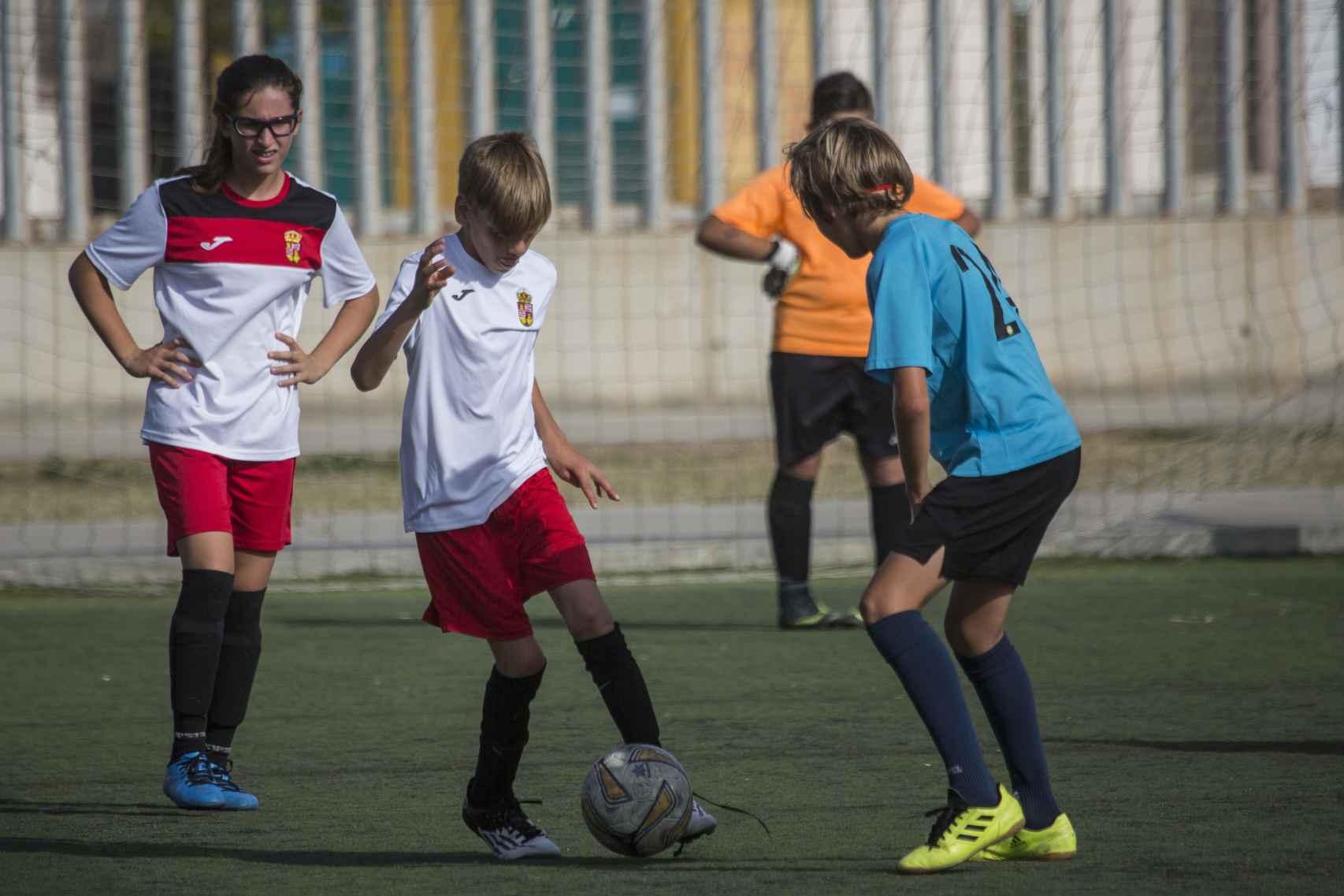 Fran Cara disputando un balón.