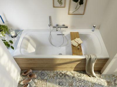 une baignoire dans une petite salle de