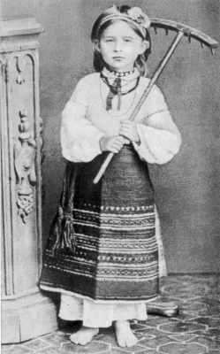 Леся Українка у волинському народному вбранні. 1878—1879 роки.
