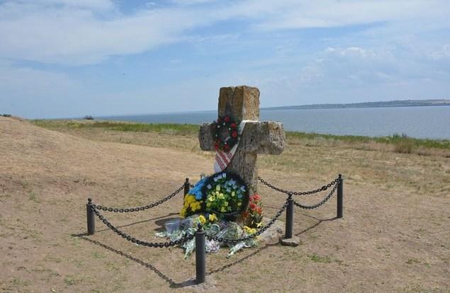 Тут на Кам'янській Січі у травні 1733 року був похований легендарний кошовий отаман Кость Гордієнко