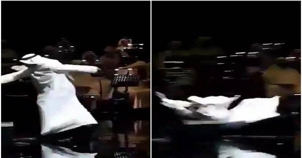 """شاهد .. سقوط مروع للفنان عبدالله الرويشد أثناء غنائه على مسرح بـ """"الكويت"""""""