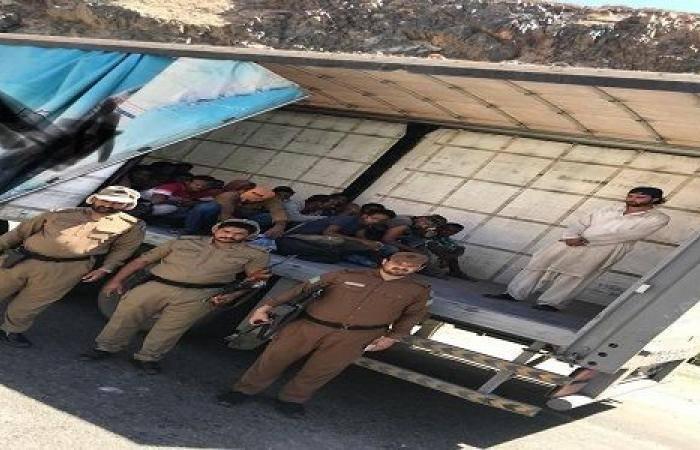 """""""عسير"""".. أمن الطرق يضبط وافد خلال تهريبه 21 مجهولا إلى الرياض"""