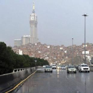 هطول أمطار غزيرة على مكة.. و«911»: الحيطة والحذر