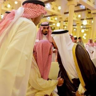 أمير الرياض يؤدي صلاة الميت على الأمير مشاري بن محمد بن عياف آل مقرن -رحمه الله-