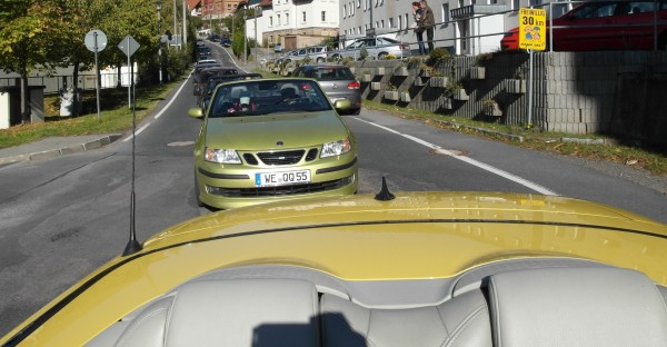 """Vista desde el convertible de Alexander a Saab 9-3 Cabriolet en """"Lime Yellow"""""""