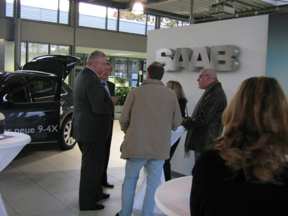 Saab Zentrum Göttingen: Saab marketingmanager Henrik Claesson in gesprek met Saab-klanten