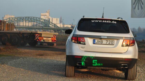 Saab 9-4x no local de trabalho, seguido pelo carro esportivo Saab 9-5 com display de frente