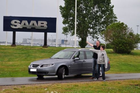 Saab 9-5 em frente à fábrica da Saab na Suécia. Foto de Marco