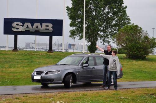 Saab 9-5 vor dem Saab Werk in Schweden. Foto von Marco
