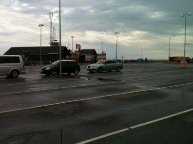 Saab 9-5 II está esperando el ferry. Foto de max.