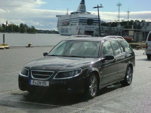Saab 9-5 está esperando el ferry a Suecia. Foto de Wolfgang