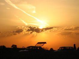 Saab 900 CC y 900 Sedan en la puesta del sol. Foto de Stefan
