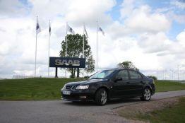 Saab 9-3 frente a la fábrica de Saab. Foto de Erik.