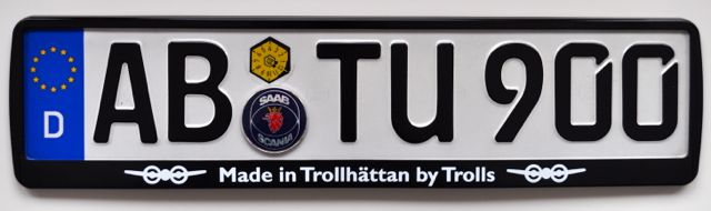 Saabskylthållare: Tillverkad i Trollhattan av Trolls