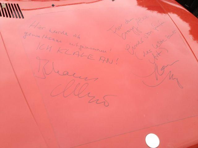 """Saab 900 aus """"Vincent will Meer"""".Motorhaube mit Unterschriften."""