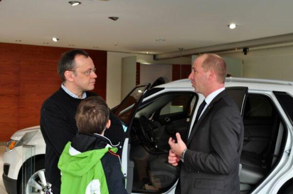 Jan-Philipp Schuhmacher na conversa com o cliente. Concessionária de carros Etehad, Halstenbek