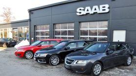 Röd Saab på besök från Tjeckien tillsammans med höger körning och Saab 9-5 sportdräkt av familjen Lafrentz