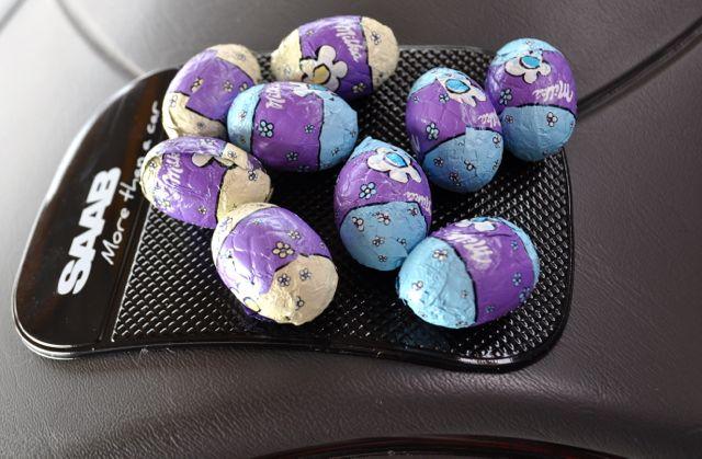 Nove ovos de chocolate, o coelho ainda está faltando ...