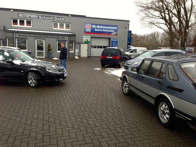A destra una rara Saab 900 Turbo DeLuxe e a sinistra la nuova Saab 9-5 di Dietrich.