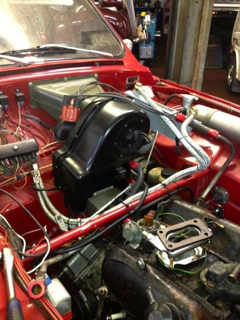 Titta in i motorrummet. Saab 96 V4