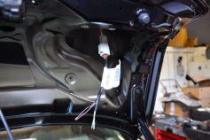 Installatie, kabel in het kofferdeksel