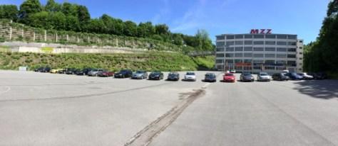 Foto parada na frente de um pano de fundo histórico - a antiga fábrica de MZ em Zschopau