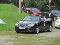 Väntar i Saab-konvertibel på specialstadiet.