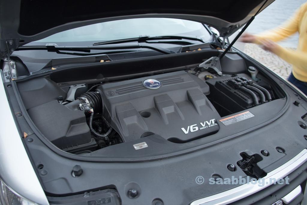 Sob o capô do 9-4X Premium, o motor 3.0i.