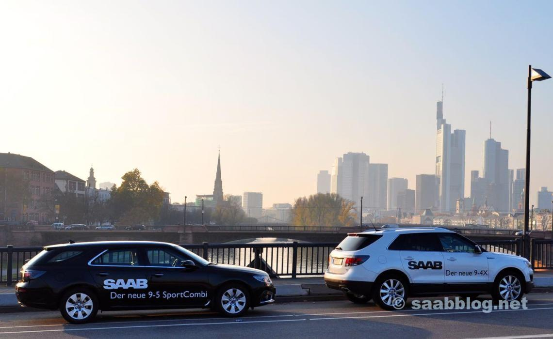Saab 9-4x und Saab 9-5 SC vor der Frankfurter Skyline.