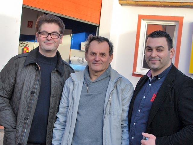 Stolt ägare Mario Milincic till höger, fadern i mitten och en tidigare medarbetare från Oberlaa till vänster. © Alexander King / Saab Club Österrike.