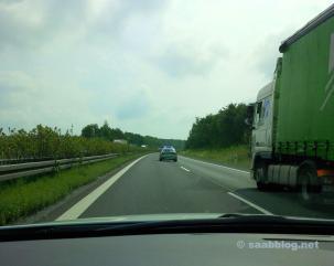 Saab möter tävlingsledare. Ingenting fungerar längre. Men inte på Saab. En Audi hade lämnat motorvägen ofrivilligt.
