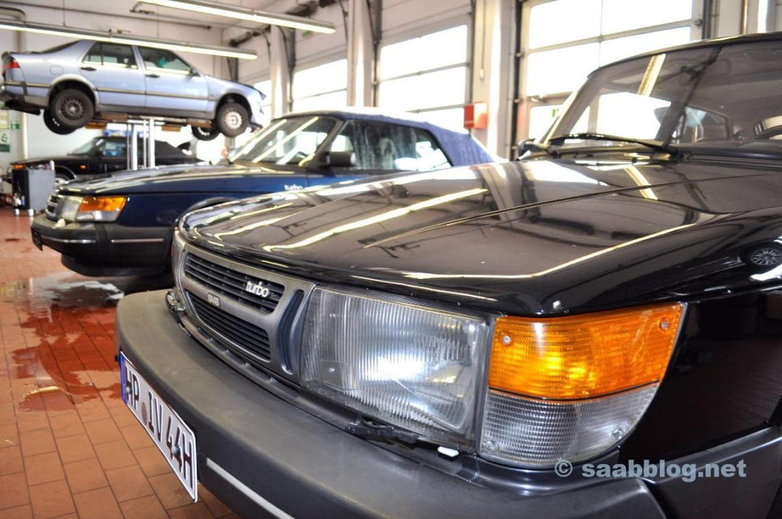 3 x Saab 900, 1 x Saab 9000. Volle Werkstatt bei Saab Service Frankfurt