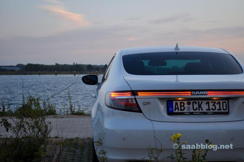 Noite. Saab 9-5 no mar Báltico.